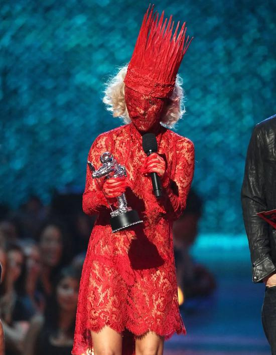Gaga 身着 Alexander McQueen 的红色裙装