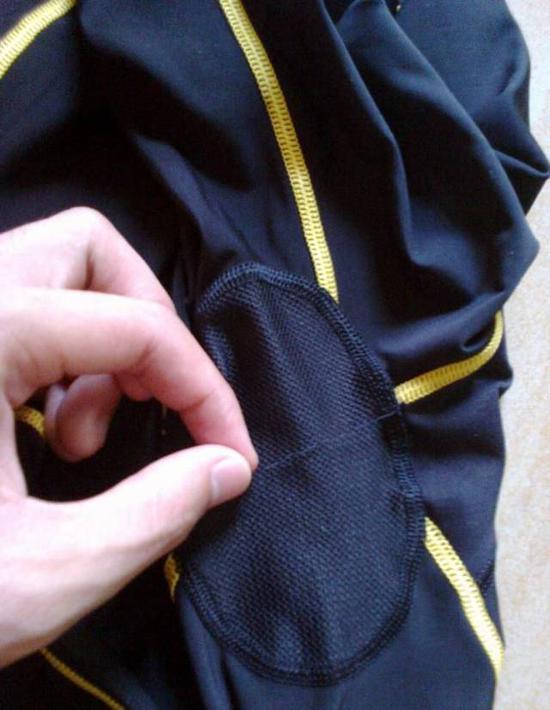 其实,在成衣的制作工序中,剪线头也属于当中的一个重要环节。