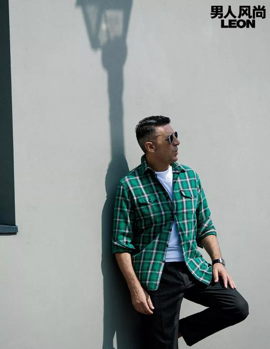衬衫约1100元 /Polo Ralph Lauren、T恤约1100元、裤子约5000 元 /均为 Ralph Lauren Purple Label, 太阳镜约2700 元 /EYEVAN7285,腕表约47000 元 /Hublot。