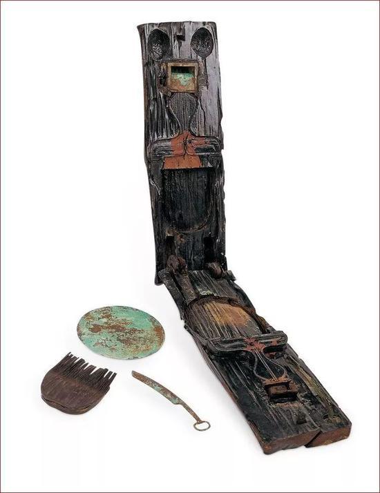 湖北枣阳九连墩一号楚墓出土的可携式梳妆盒,盒内有铜镜、木梳、刮刀和脂粉盒,相当齐全。