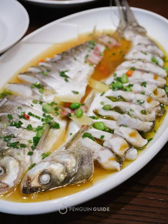 银鱼在当地餐厅最常做成银鱼羹,在汤羹中煮熟后,它的颜色会由透明变成玉白。