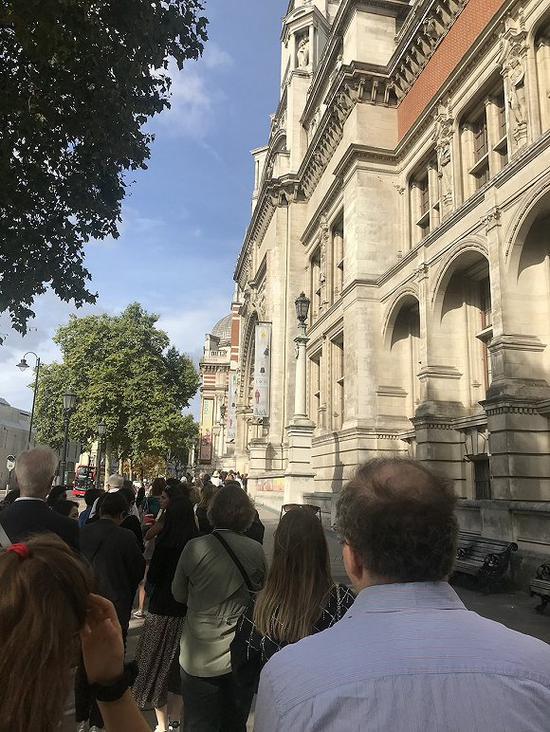 Dior展在英国火爆七个月 创下V&A博物馆观展人次新纪录