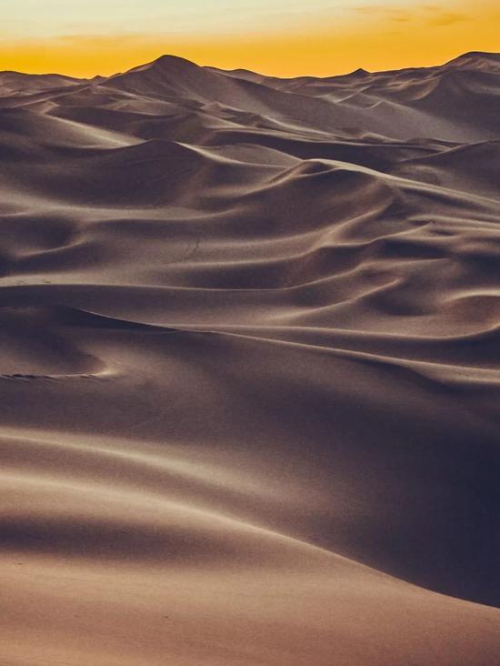 ▲日落之前,沙漠迷人至极的曲线与光泽