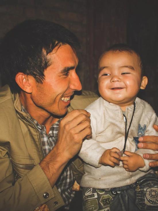 ▲特别有爱的一对父子,小朋友笑得超级有戏