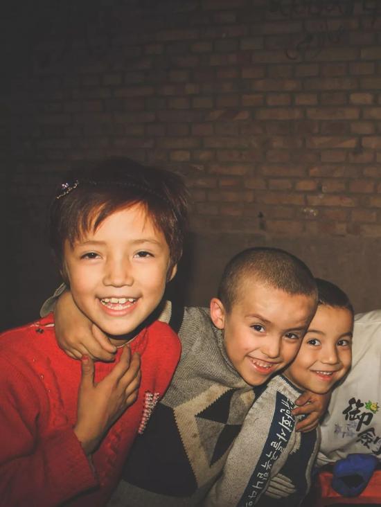 ▲入夜的喀什老城,一起玩游戏的孩子们