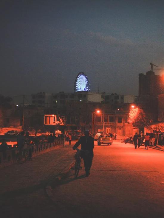 ▲入夜,喀什的摩天轮闪耀在天际线上