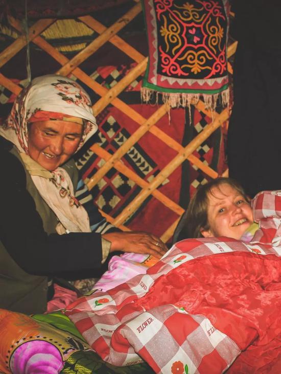 ▲语言不通的柯族祖母怕我们冷,不停地盖被子