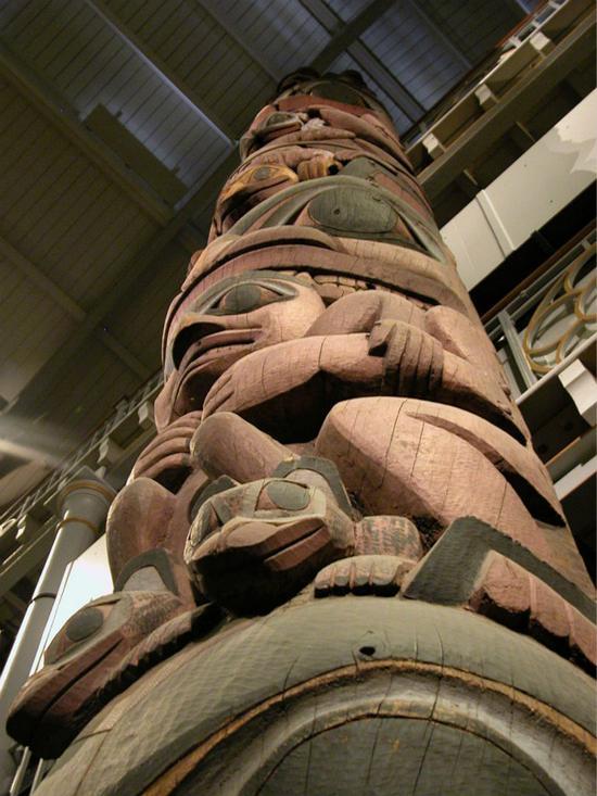 海达图腾柱,高11.36米,是博物馆展出的最大物件。