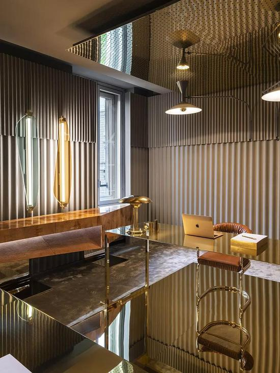 Vogue在2019米兰设计周上展出的Life in Vogue项目,邀请了8位国际知名设计师,通过设计重新诠释了他们对于空间与家具的理解。