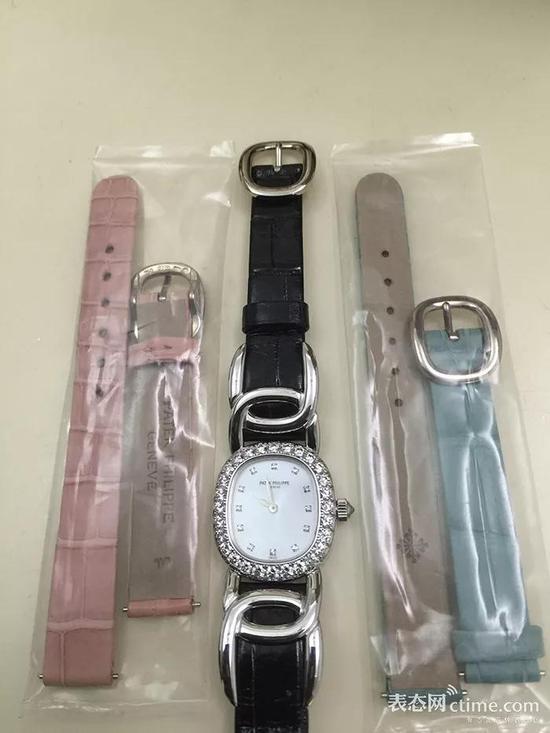 百达翡丽4931G,备用表带连表扣都配好,无需工具,直接拆卸,传统品牌玩可爱也是一板一眼