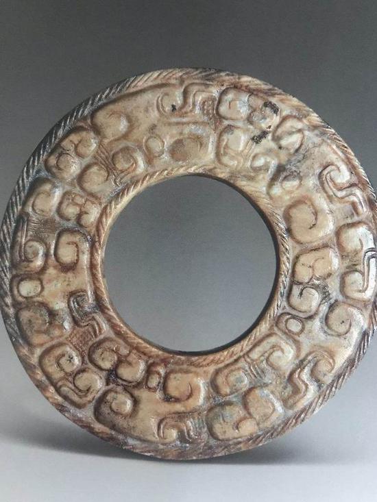 浅浮雕蟠虺纹玉壁 春秋时期