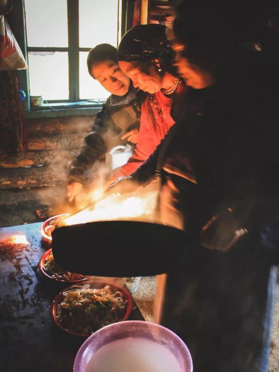 ▲璐璐向屋里的两位大娘学习做拌面