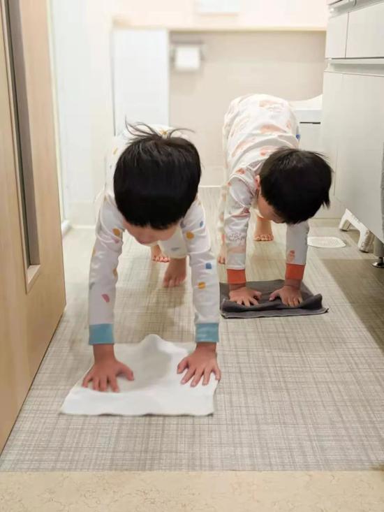 俩娃玩水弄湿地面,罚他们自己擦地板