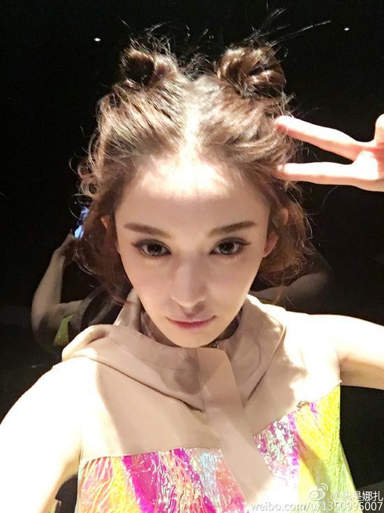 杨幂丸子头自拍也要挡脸还不是因为发型太美