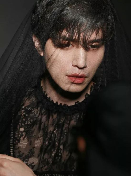cr:《ELLE》Korea时尚画报