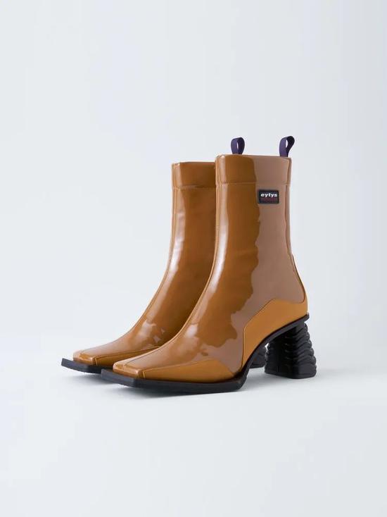 一双好看的方头靴带你玩转整个秋冬