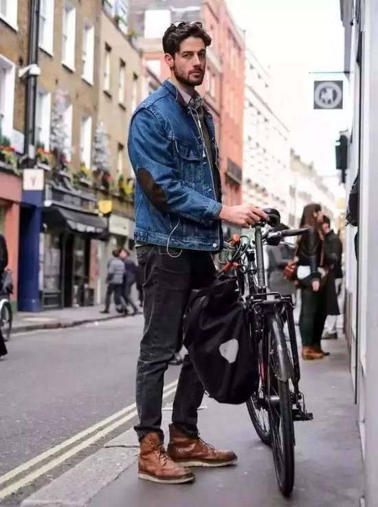 棕色的布洛克皮靴最经典,搭配公文包一样能打造绅士的造型。