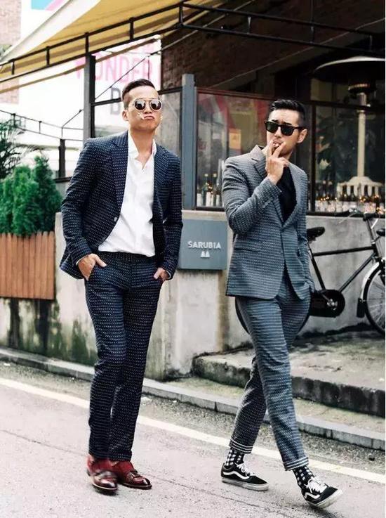 其他板鞋也是同理,建议配宽松的阔裤子可能相对协调一些。