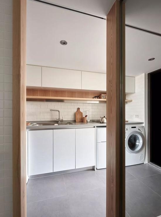 浴室清一色的使用了白色的瓷砖