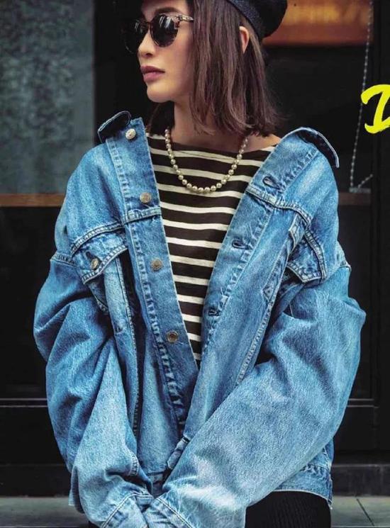 櫻花妹超會搭配,珍珠項鍊VS牛仔外套,毫無違和感,精緻度up!