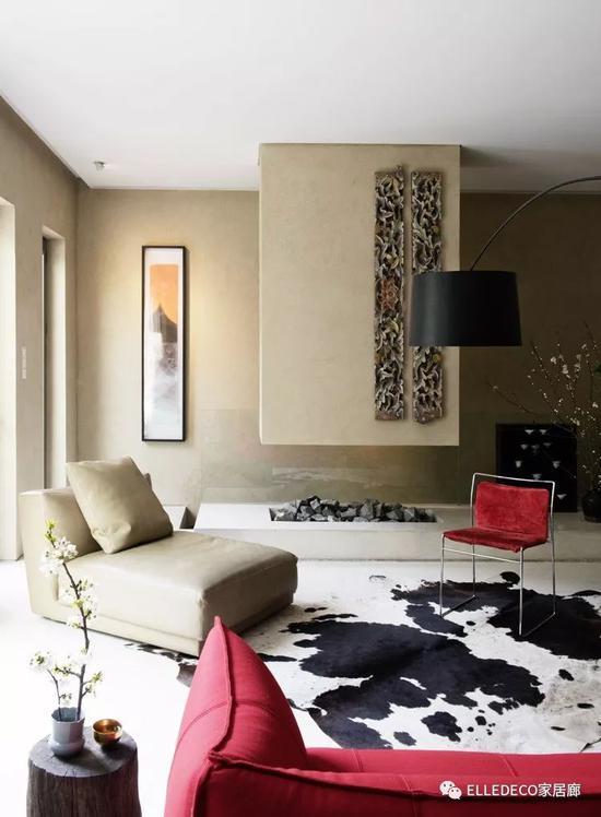 向南的小茶室,分布着B&B Italia的米色沙发和红色沙发、Ultramobile的红色餐椅,和中国木雕、开放式壁炉相得益彰。壁炉后面是通往地下室的楼梯。