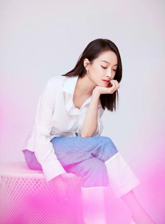 红唇白衬衫 赵薇示范的是第二种打开方式