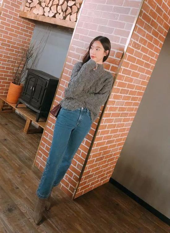 同样走复古路线的直筒裤和袜靴在一起,整个人看起来很修长挺拔。▼