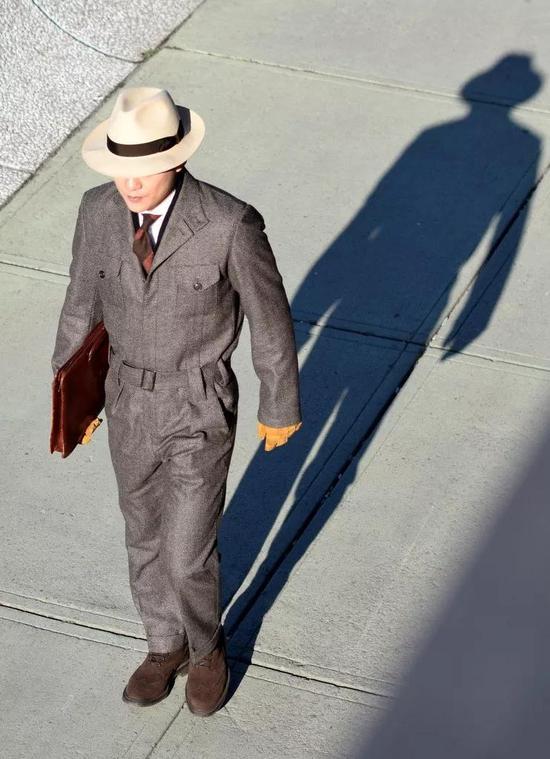连体裤顾名思义,一条长长裤子,从脖子到脚踝将你严严实实包裹住。