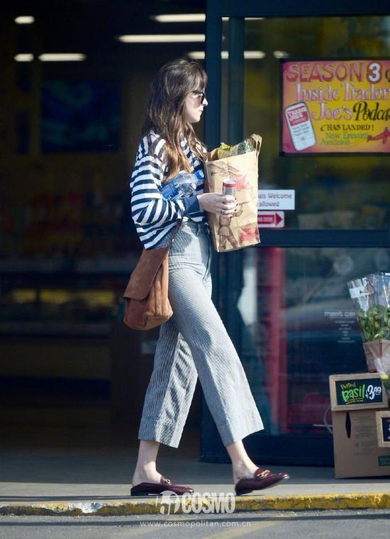 Dakota Johnson身穿Brandy Melville针织衫