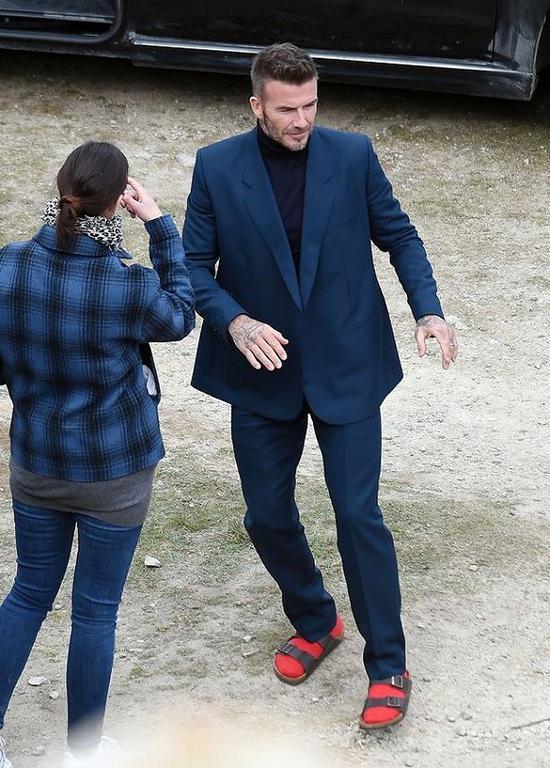 贝克汉姆用红色袜子配棕色拖鞋 图片来源:Zed Jameson