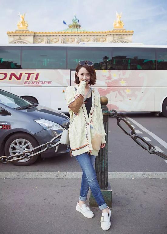 周冬雨的针织开衫,色彩丰富而不浓郁,吸睛却不张扬,非常有秋日的丰富感。