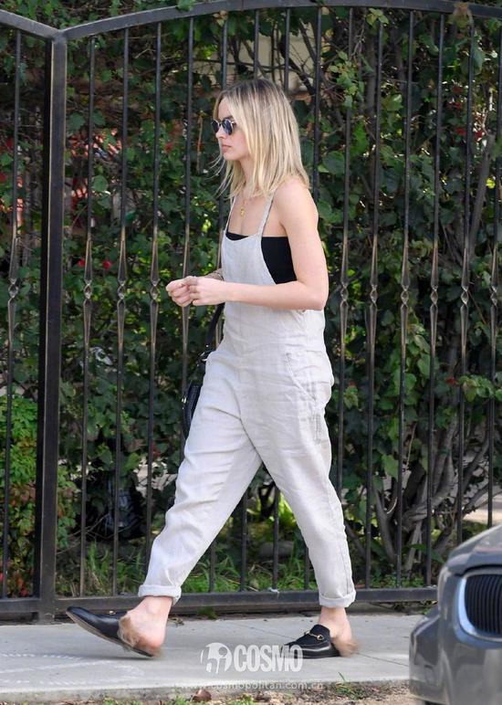 Margot Robbie 身穿Lilya Amber背带裤