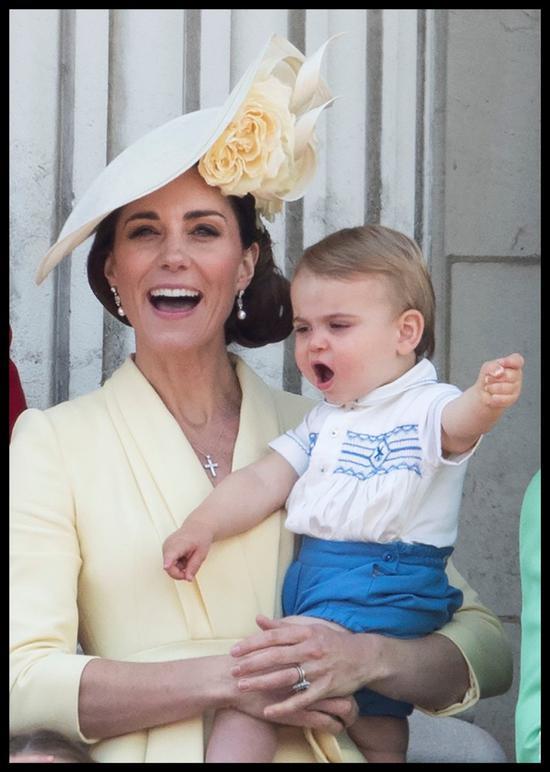 威廉王子和凯特王妃带着孩子们在伦敦出席英国皇家军队阅兵仪式