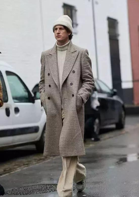 短脸型男士可以选择深度较浅的版型,不要把帽子压得太低,尽量露出部分额头。