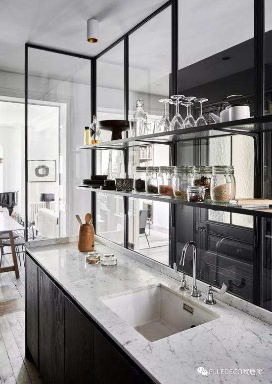 玻璃隔断的半开放式厨房,整体色调为黑色,散发出典型的当代设计气质。