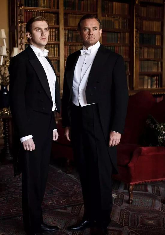 唐顿庄园- Downton Abbey中唐顿公爵的衬衫就经过上浆处理。衬衫扣使用的就是Shirt Stud