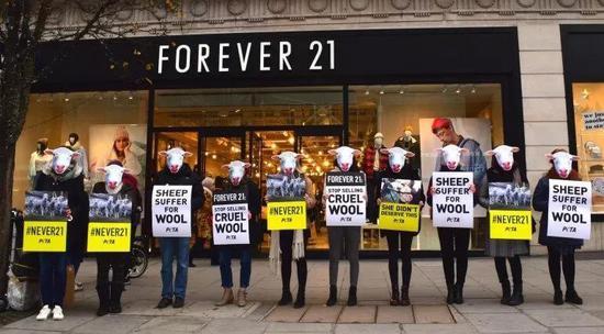 PETA 的成员们在 FORERVER 21 店铺门口抗议