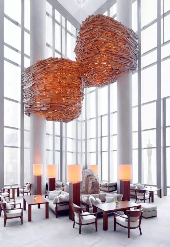 广州柏悦酒店的大堂有Super Potato善用的原木材料。