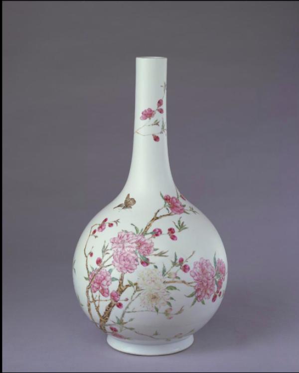 粉彩桃花纹直颈瓶,清雍正,高37.6厘米,口径4.1厘米,足径11.6厘米。故宫博物院藏。