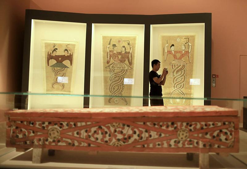唐代彩绘伏羲女娲绢画。