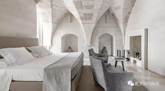 """酒店仅设16间客舍, 每一间都""""染上""""了神圣的宗教气质。"""