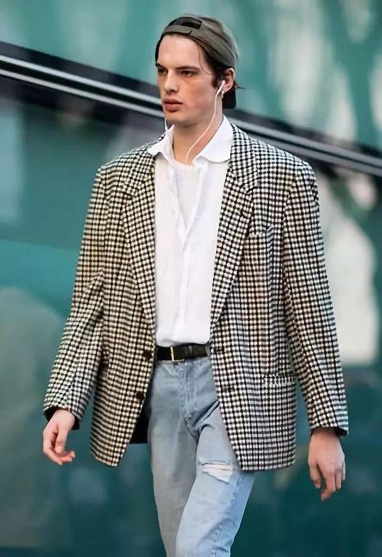 高领衫和运动裤也是vintage style的点睛之笔。