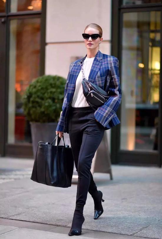 Aimee Song 用不同颜色的袜靴,来搭配不同色系的造型。▼