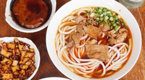 大片牛肉粉+卤豆腐+糖油粑粑/ ©小红书@一粒大王