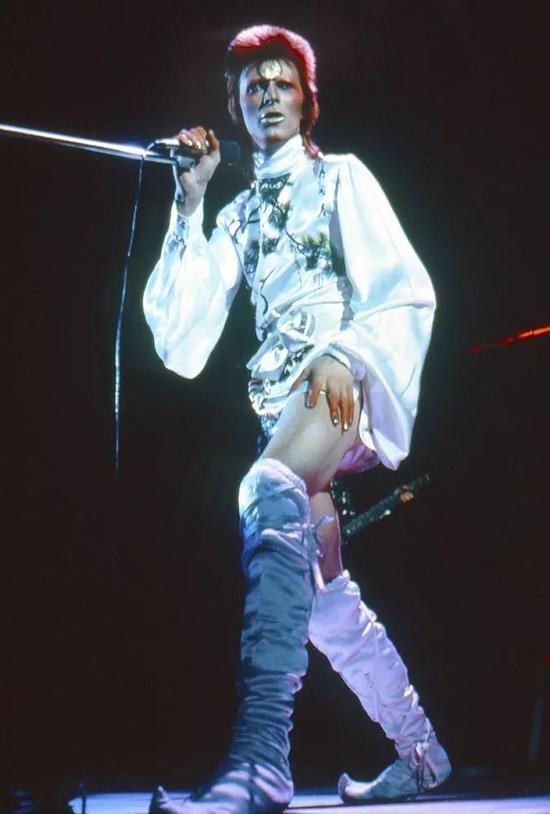 David Bowie 于1973年登台演出