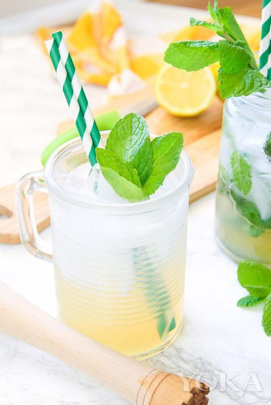 Lemonade是永遠的夏日選擇 再加點薄荷~完美 圖片來自countryliving.com