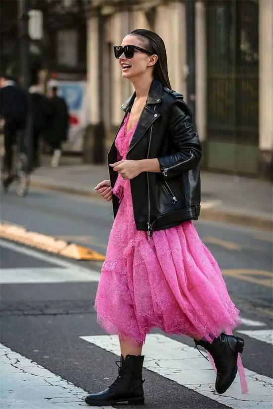 """""""蕾丝裙+外套""""春天这样穿 美和温暖可兼得"""