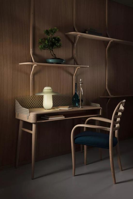 Edburton书桌采用穿孔粉末涂层金属屏幕,开放式的前部和隐藏式电缆