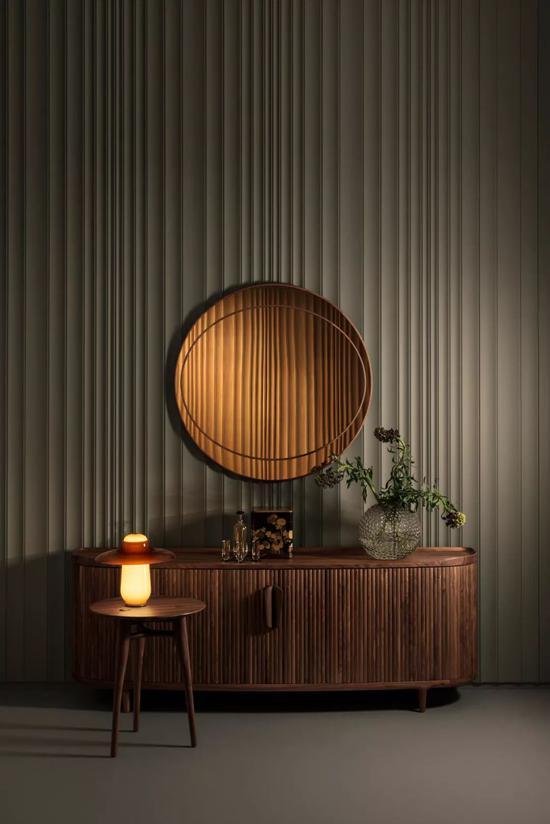 Amberley Low橱柜采用橡木和胡桃木制成,并配有鼓形推拉门