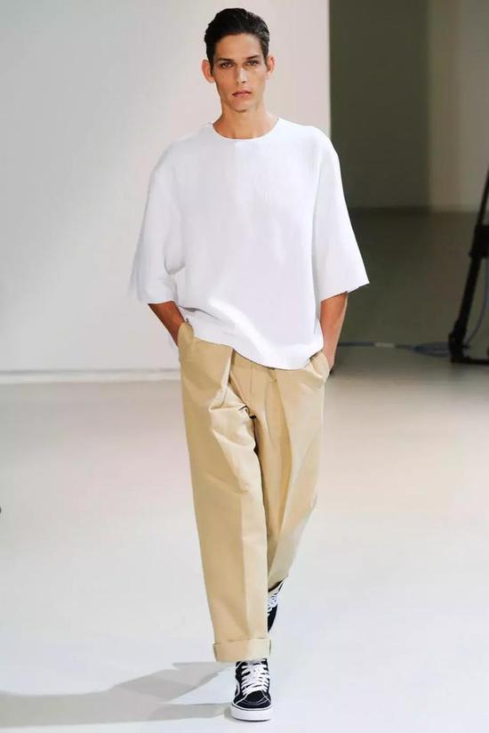 ? 第二点在很多女装搭配教程中常听到,认为宽余的 Oversize 可以遮肉显瘦。